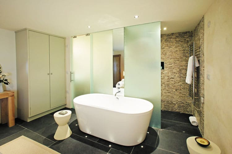 Bath With Glass Screens